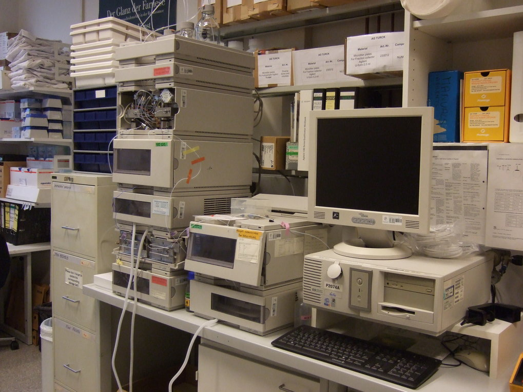 <strong>HPLC </strong>Two HPLC systems equipped with thermostat autosampler, column oven, UV/Vis detector and thermostat fraction collector for 96 well microtiter plates. Pumps allow 0.1 to 20 μl/min and 0.1 to 2.5 ml/min flow rates, respectively. Used for prefractionation of peptides and proteins.